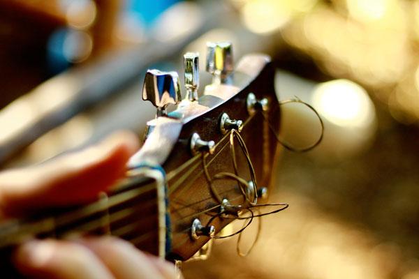 Gros plan sur le manche d'une guitare